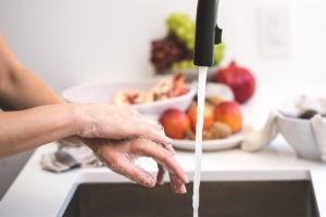 Keime von den Händen waschen