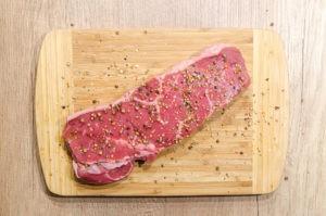 Fleisch auf Holzbrett